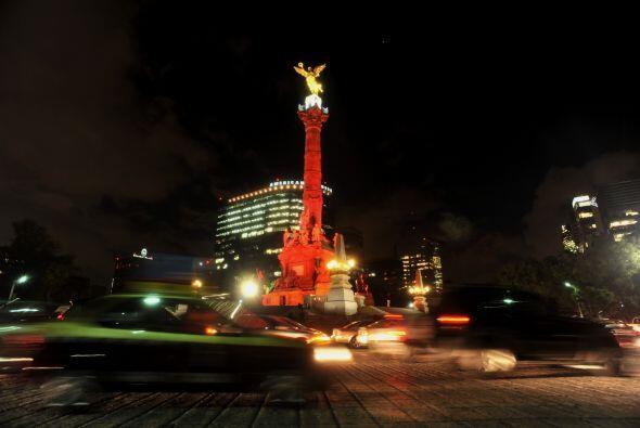 La iluminación también alcanza a monumentos históricos como el Ángel de...