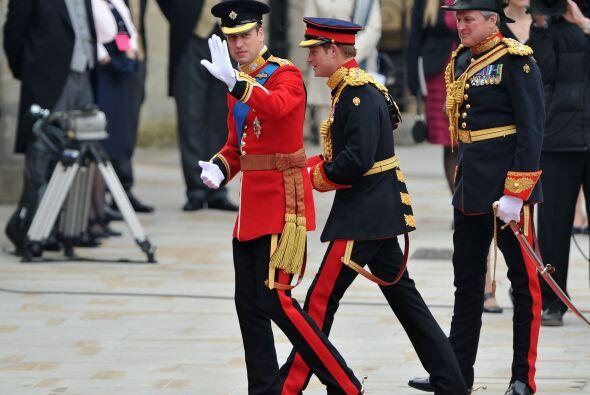 ¡Y por fin llegó el Príncipe! Guillermo llegó acompañado de su hermano e...