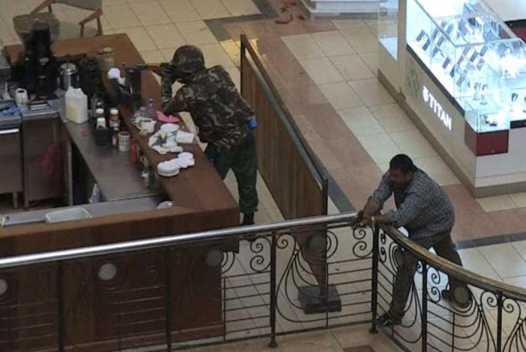 18. El 21 de septiembre hombres armados irrumpieron en un centro comerci...