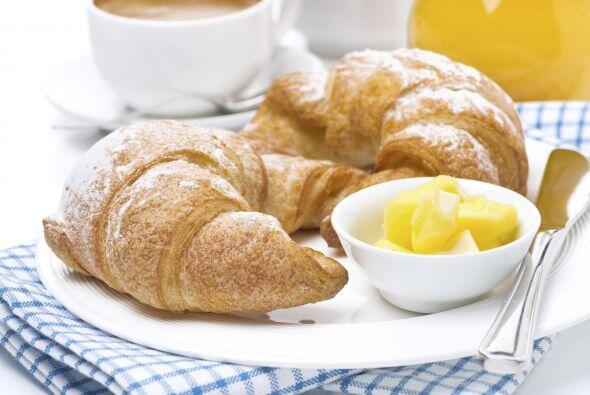 Qué te parece un rico 'croissant' con un poco de mantequilla, aco...