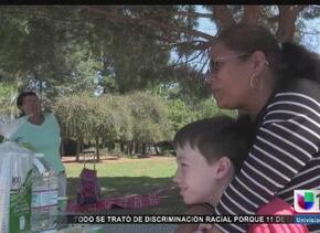Niños venden limonada para ayudar a su niñera
