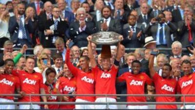 Vidic fue el encargado de levantar la Community Shield, primer trofeo de...
