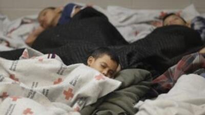 Niños indocumentados duermen en un algergue improvisado de la Patrulla F...
