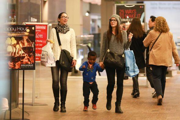 Sandra y una amiga salieron de compras a un centro comercial. Mira aquí...