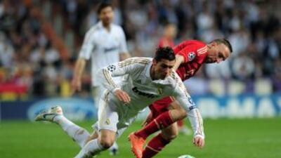 Ribéry y Cristiano disputan un balón durante un enfrentamiento de la Cha...