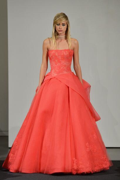 Los vestidos corte A 'strappless' acentúan un talle ceñido, perfecto par...