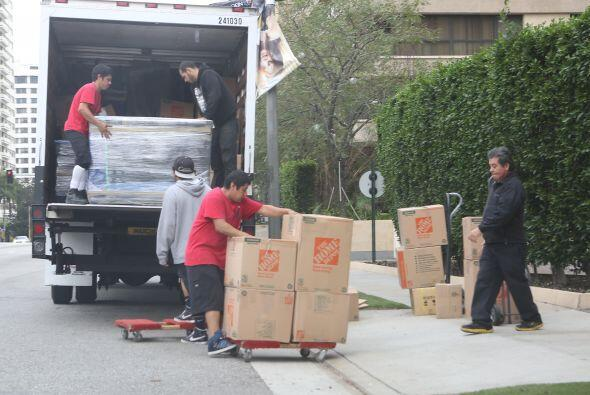 Varios trabajadores cargaron cajas y cajas de cosas.