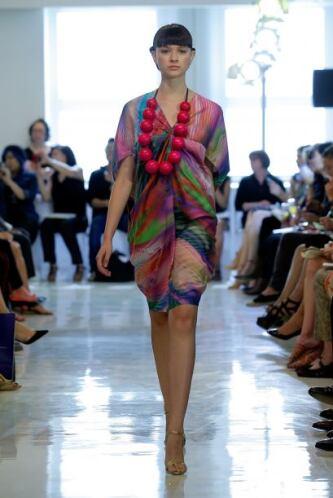 Apúntate a los colores muy llamativos en vestidos y accesorios. ¿No les...