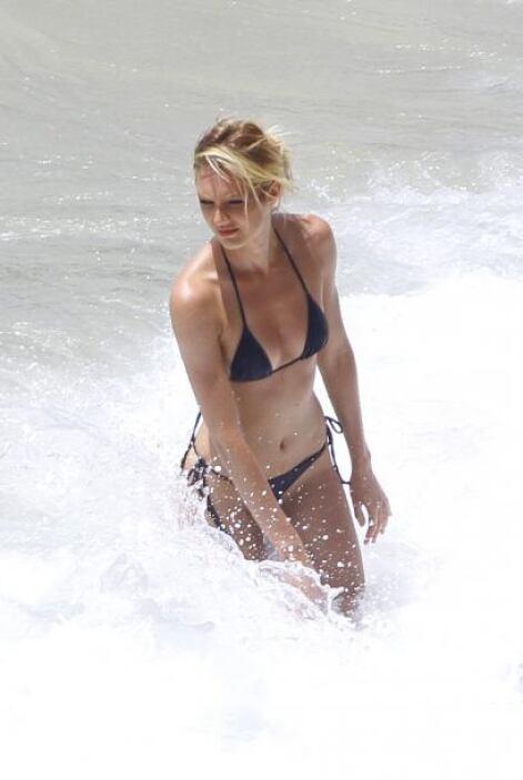 Candice Swanepoel fu a asolear sus curvas a una playa en Brasil. La Top...