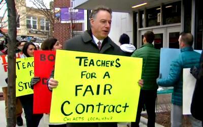 Maestros de escuelas chárter ASPIRA de Chicago protestan para llegar a u...