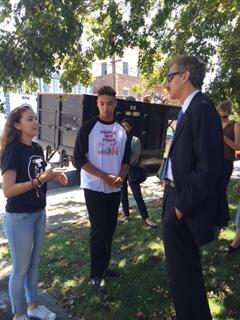 Nalleli hablando con Mike Feuer, político y abogado de la ciudad de Los...
