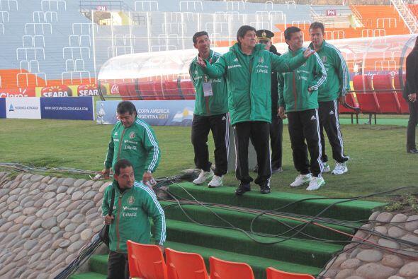Luis Fernando Tena y su equipo saludando a los medios que se llegaron al...