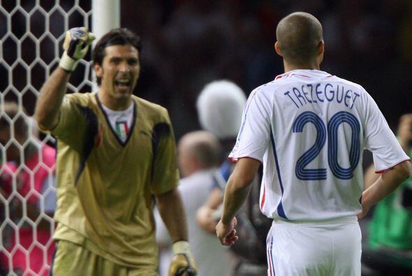 Buffon se quedó con el remate e Italia terminó saliendo Campeón del mundo.