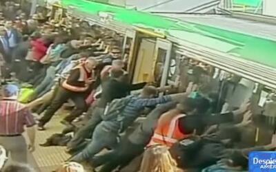 Hombre atascado en un tren es ayudado por decenas de pasajeros