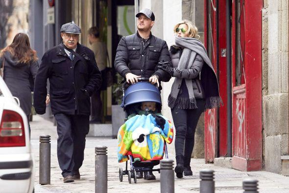 La pareja salió a dar un paseo por las calles de Madrid en compañía de s...