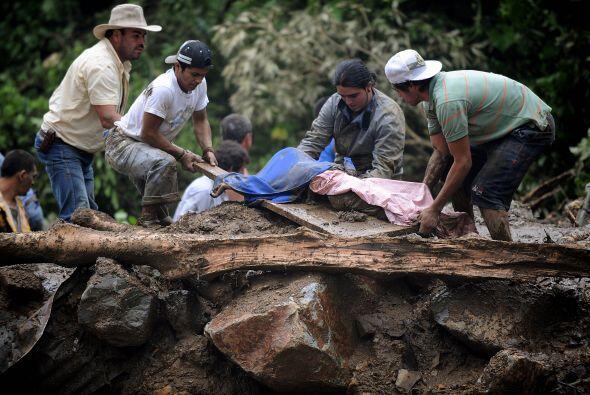 Los cuerpos de las víctimas mortales fueron desenterrados del lodo y ent...