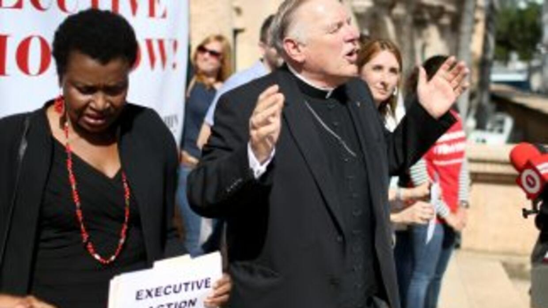 El obispo católico Thomas Wenski se dirige a manifestantes reunidos fren...