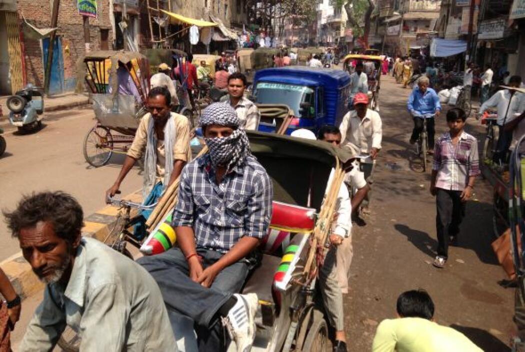 Como en todas las ciudades, el conductor se enfrentó al tráfico de Benarés.