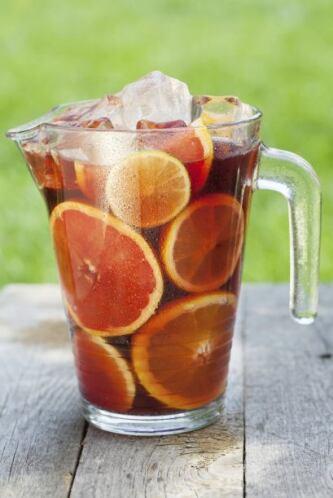Sangría frutalFrutas de temporada veraniega en cubos medianos (limón, na...