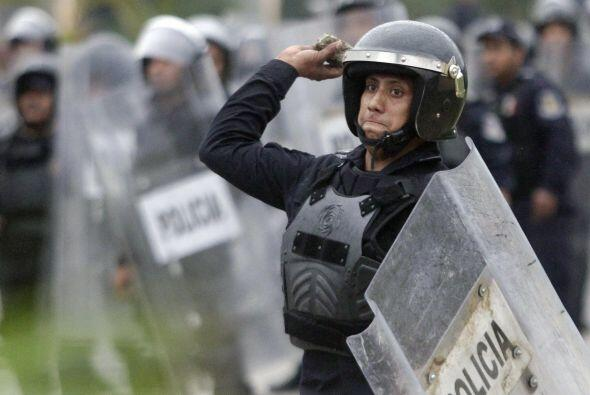Cerca de 300 policías antimotines en un principio contuvieron a los mani...