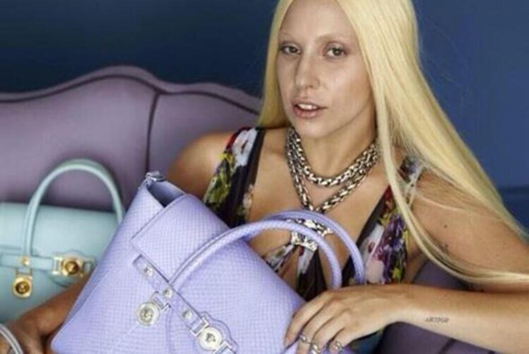 La cantante aparece en la sesión de fotos con un maquillaje muy natural,...