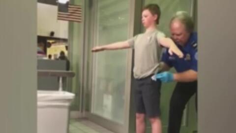 Madre graba a un agente de la TSA que revisa hasta las partes íntimas de...