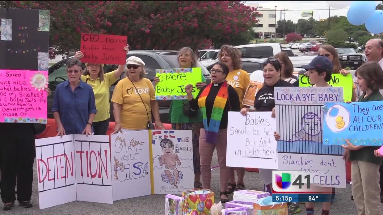 Protestan contra centros de detención que albergan a familias