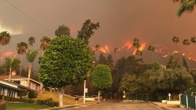 Incendio voraz amenaza cientos de casas cerca de Los Ángeles