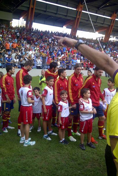 Entrando a la cancha España con todas sus estrellas.