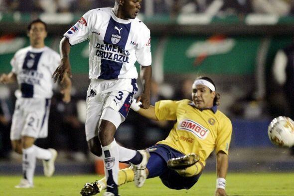 El colombiano Aquivaldo Mosquera se cansó de levantar copas con l...