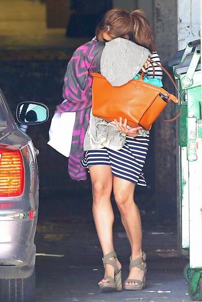 Inexplicablemente, Eva Mendes se ha vuelto extremadamente tímida...