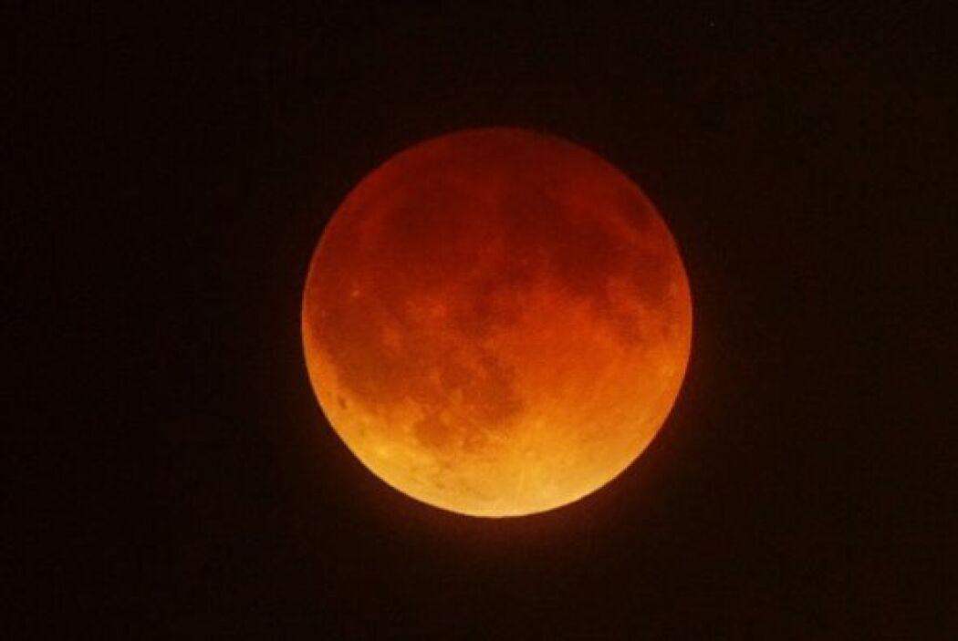 Los eclipses totales de la Luna se producen cuando hay un alineamiento c...