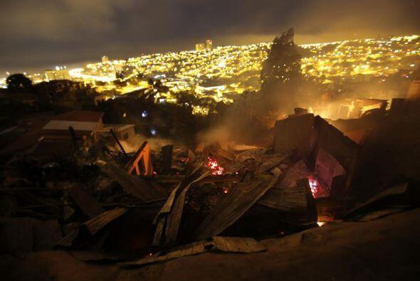 Las autoridades han declarado la alerta roja tanto en Valparaíso...