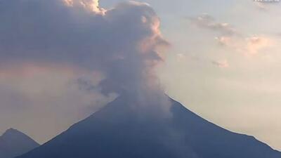 Momento en el que el volcán de Colima expulsa cenizas a la atmósfera