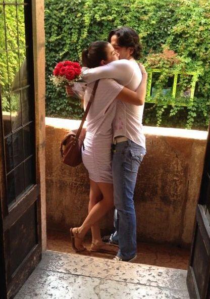 Un abrazo para sellar el romántico momento.