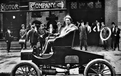 Henry Ford, a los 37 años, posa con su modelo T frente a su f&aac...