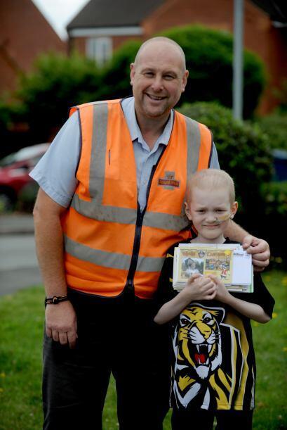 Este pequeñín de Staffordshire ahora recibe 50 postales di...