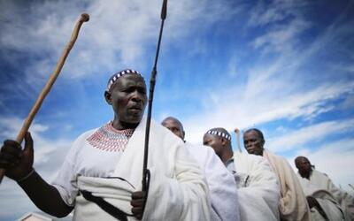 Mujeres Xhosa participan en una ceremonia de sacrificio de una vaca en Q...