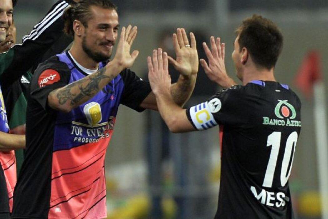 Y aquí Messi y su compañero Pablo Osvaldo.