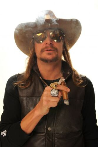 En 1999, los rockeros Kid Rock y Scott Stapp, vocalista de Creed, se gra...