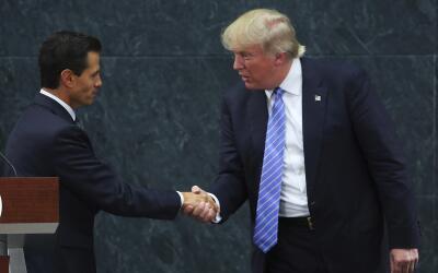Enrique Peña Nieto y Donald Trumpo al finalizar la conferencia de...