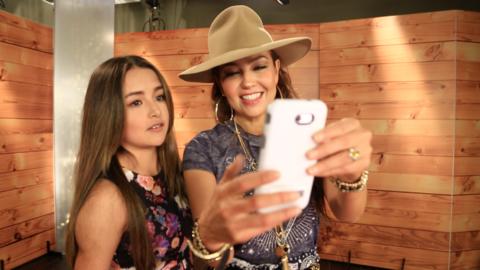 Thalía y Rubí Ibarra tomándose la selfie de la posteridad.