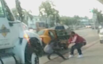 Captado en cámara: la lucha de una mujer contra un carterista que la asa...