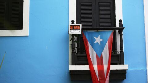 Fachada en el Viejo San Juan con la bandera de Puerto Rico (archivo)