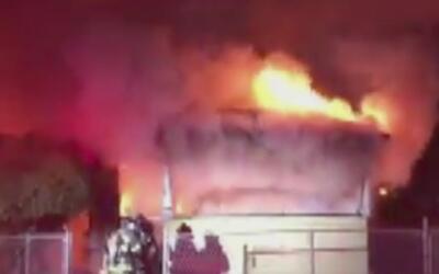 Bomberos investigan incendio que destruyó una vivienda durante la madrugada