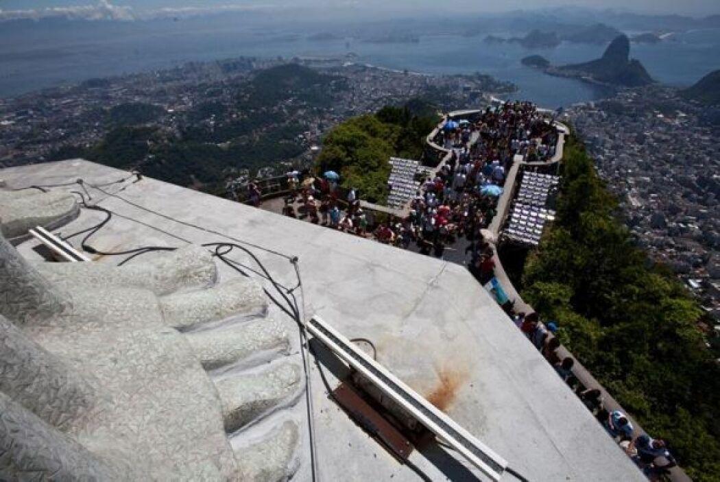 La famosa estatua del Cristo Redentor enclavada en el monte Corcovado en...
