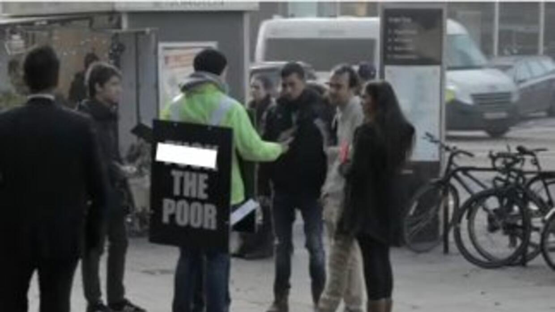 Un hombre camina por las calles de Londres gritando # FuckThePoor como p...