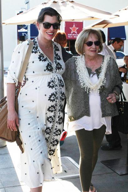 Abrazaditas, caminaron por las calles de Hollywood.