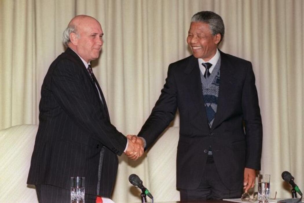 Una foto con el entonces presidente sudafricano Frederik W. de Klerk, en...