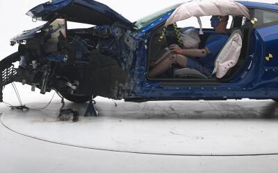 Chevrolet Camaro después de una pruba de choque conducida por el IIHS